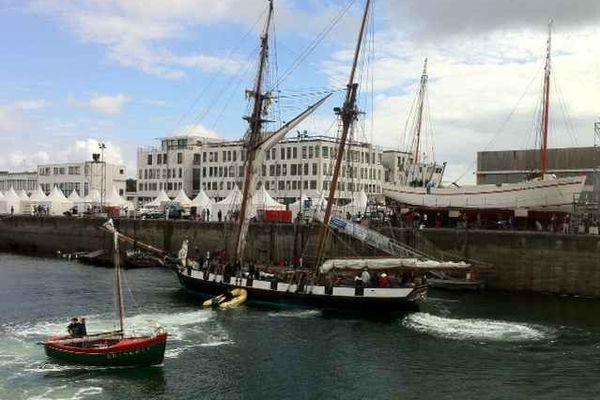 Balai de voiliers dans le port de Brest