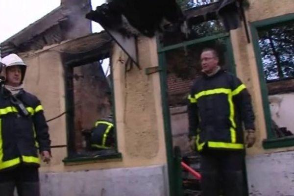 La maison a été totalement détruite par les flammes. L'incendie a couté la vie à l'occupante de l'habitation.