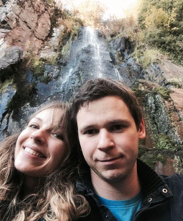 Le couple schilickois devant la cascade du Nideck à Oberhaslach.