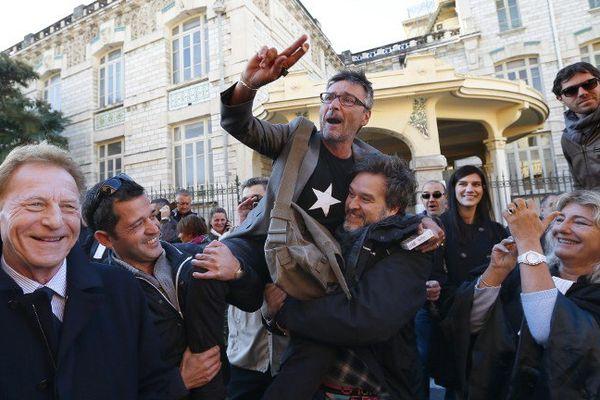 Robert Namias (à gauche) le 7 novembre 2014 devant le tribunal de commerce de Nice où la bonne nouvelle est tombée, faisant la joie de Jean-François Roubaud, responsable des salariés (porté par les confrères) : Nice-Matin est sauvé
