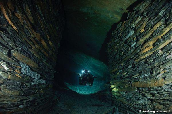 Plongeur dans une des galeries de Rimogne