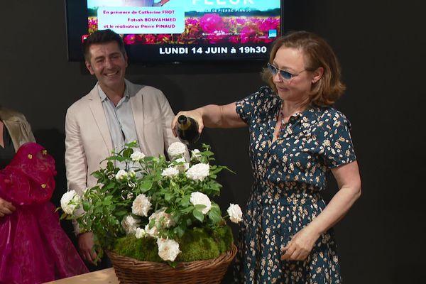 """Avant-première du film """"la fine fleur"""" à Roanne. A cette occasion, comme le veut la tradition la comédienne Catherine frot adû baptiser au champagne un rosier qui porte désormais son nom"""