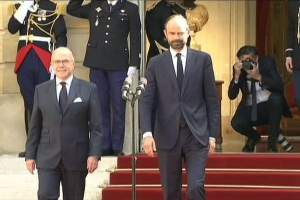 Edouard Philippe (à droite) lors de la passation de pouvoir à la tête du Gouvernement, Hôtel de Matignon, lundi 15 mai 2017