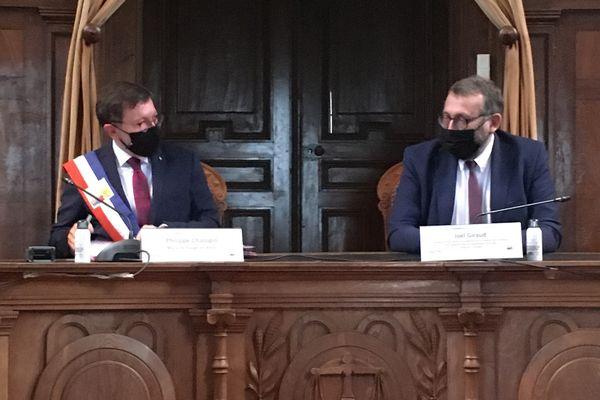 """Le maire de Baugé-en-Anjou a signé la convention """"Petites villes de demain"""" en présence du Secrétaire d'Etat Joël Giraud."""