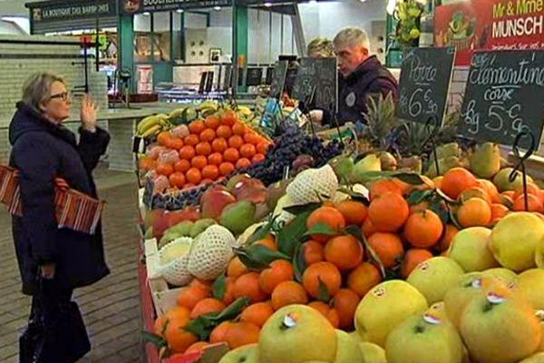 Peu de clients sur le marché des halles Boulingrin de Reims.