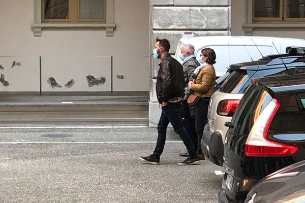 La famille d'Arthur Noyer arrive dans la cour du palais de justice de Chambéry.