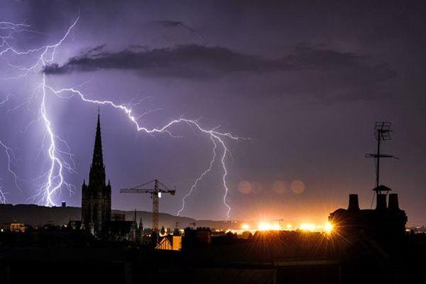 Orage et éclairs dans le ciel de Rouen