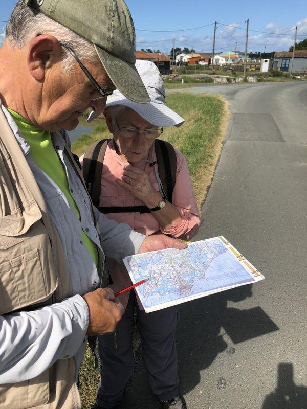 Pierre et Marie-Claude prennent le temps de lire la carte du parcours à repérer.