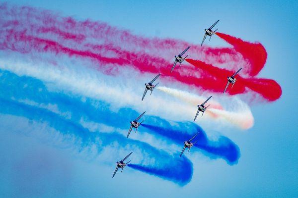Pour le Metting aérien de France 2017 à Dijon, la Patrouille de France diffuse les couleurs bleu, blanc, rouge. Source: Bleuciel Airshow.