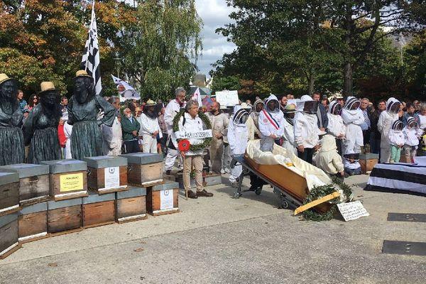 Les apiculteurs bretons devant les cercueils symbolisant la disparition des abeilles et des ruches, ainsi que la menace qui pèse sur leur profession