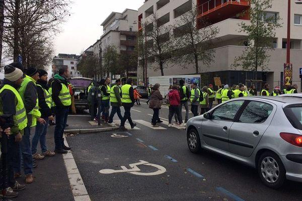 Les manifestants marchent vers le quartier de Bourran au centre ville de Rodez.