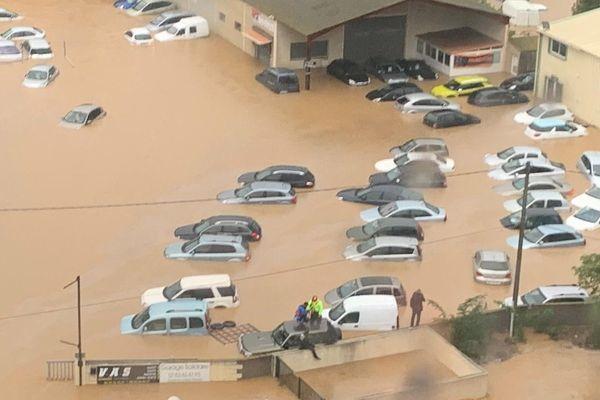 De nombreuses voitures sous l'eau à Béziers.