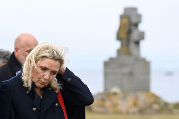 Marine Le Pen devant le monument des Forces Françaises Libres ce mercredi 17 juin sur l'île de Sein