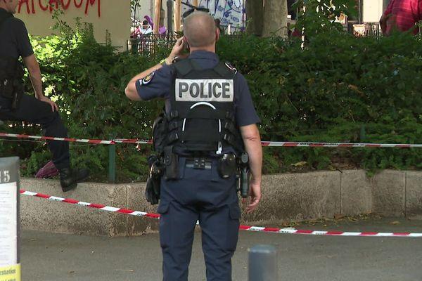 De nombreux policiers se sont rendus dans le quartier peu après la fusillade.