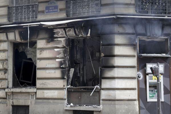 En marge de du 18e samedi de mobilisation des Gilets jaunes, une banque a été incendiée près des Champs-Elysées, faisant 11 blessés légers.