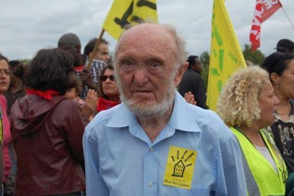 Le généticien Albert Jacquard lors d'une manifestation du Droit au logement (DAL), le 6 août 2011 à Paris.