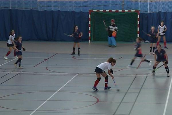 Les filles de l'équipe Auvergne-Rhône-Alpes jouent en bleu