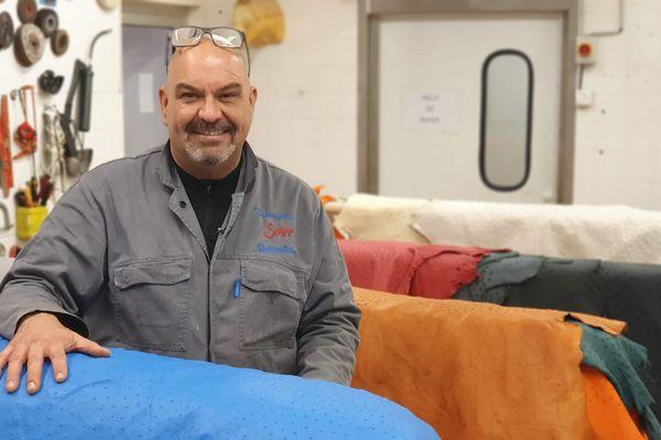 Jorge Soler est le seul à tanner des peaux d'autruche en France
