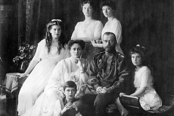 Le dernier tsar de Russie, Nicolas II, photographié en 1913 avec sa famille. Anastasia se trouve tout à droite. Tout le monde sera froidement exécuté dans une cave de Sibérie, cinq années plus tard.