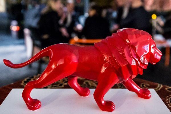 Le trophée en résine rouge , symbole de la marque Only Lyon, pourrait à minima changer de matière