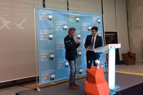 Cosey se fait remettre les clés de la ville par le maire d'Angoulême, Xavier Bonnefond.