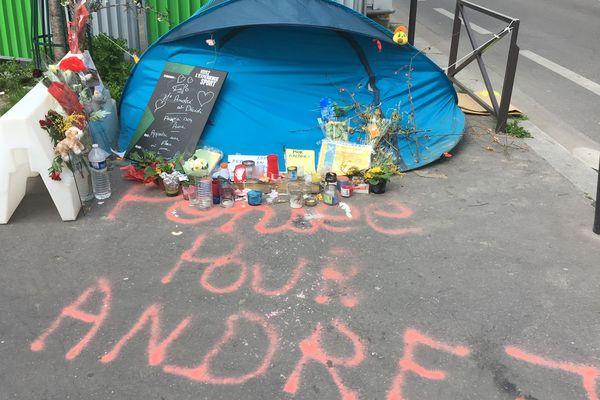 Des habitants ont rendu hommage à Andrej, un sans-abri qui habitait à côté de la station Pernety et décédé récemment.