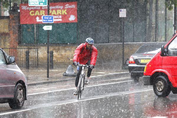 Comment rouler sous la pluie, conseils et astuces de velotafeurs