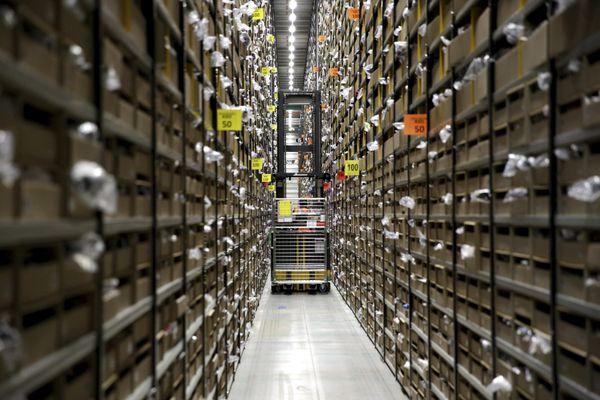 Les rayonnages du site Amazon de Saran.