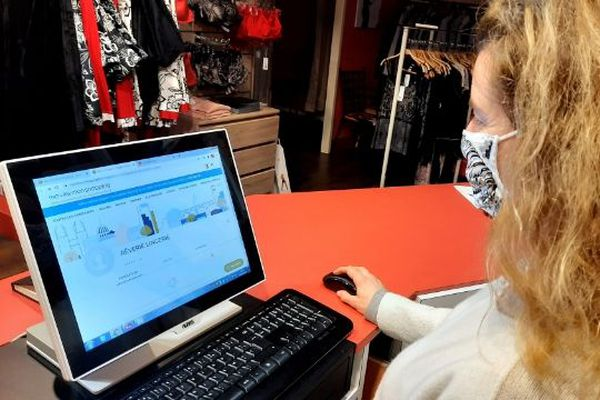 Aidée par la mairie de Nogent-le-Rotrou, cette vendeuse de lingerie s'inscrit sur une plateforme de vente en ligne, pour continuer à travailler pendant ce second confinement.