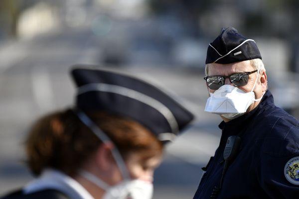 Les forces de l'ordre n'ont pas obligation de porter le masque. Il en va de la responsabilité de chaque agent.