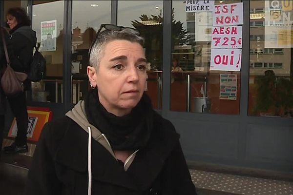 Betty AESH depuis 2008 ne peut pas vivre correctement, elle touche un salaire de 725 euros.
