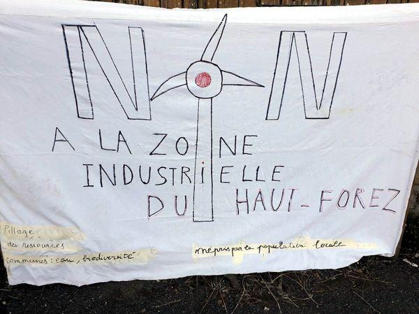 Les opposants au projet de parcs éoliens dans la Loire ont manifesté devant le tribunal administratif de Lyon ce mardi 4 mai 2021