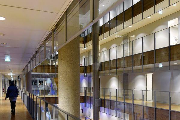 Les couloirs des quatre étages du Conseil Régional du Grand Est.
