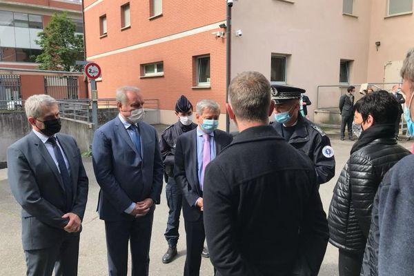 Le préfet de la région Occitanie, le procureur de la République de Toulouse et le maire ont rendu visite aux policiers du commissariat Nord de Toulouse dans le quartier des Izards-Borderouge. 25 mai 2021.