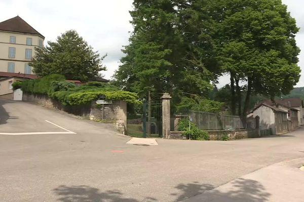L'accident mortel de trottinette s'est produit à ce croisement sur la commune de Saint-Amour dans le Jura. Un enfant de 12 ans est décédé.