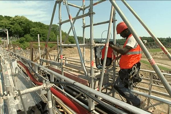 Les travaux au sommet du barrage de Guerlédan
