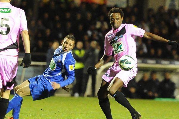 22/01/2013 - Coupe de France de Football - 16ème de finale - Fontenay-Vendée-Foot (Fontenay-le-Comte) / Estac Troyes (Troyes joue en rose) Bellissaoui