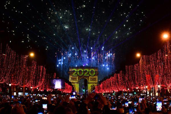 Séance photo pour le réveillon du Nouvel An, le 31 décembre 2019, sur les Champs-Élysées à Paris.