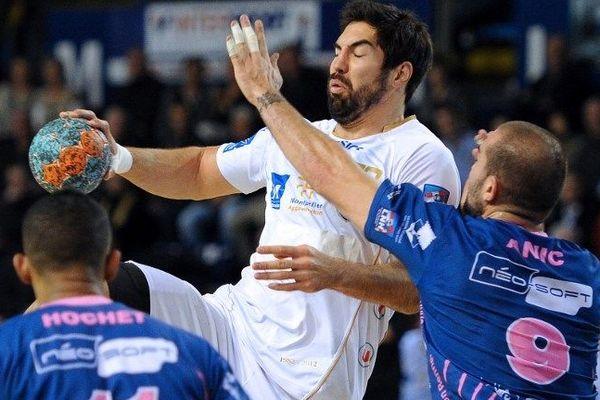 Nikola Karabatich contré par les joueurs de Cesson