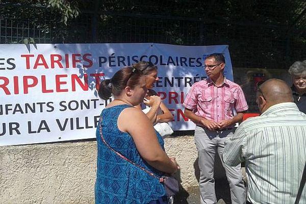 Pézenas (Hérault) - manifestation des parents d'élèves contre la hausse des tarifs des activités périscolaires - 19 août 2015.