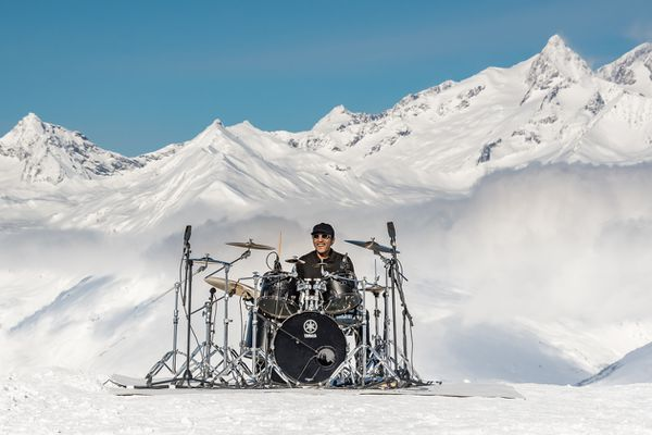 Le batteur Manu Katché à 2300 mètres d'altitude pour défendre la culture et la montagne.