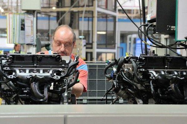 Un ouvrier assemblant des moteurs à la Française de Mécanique.
