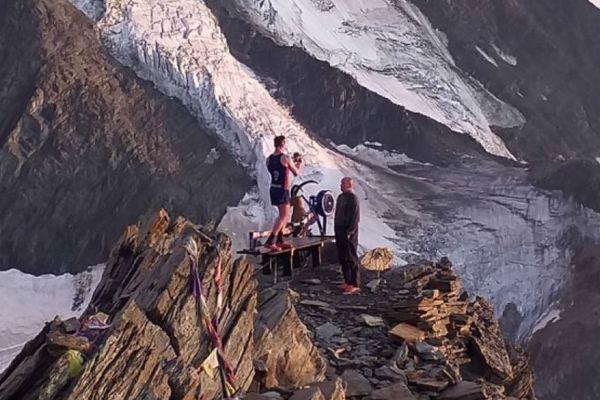 Matthew Disney voulait emmener son rameur en haut du Mont-Blanc. Epuisé, il du laisser l'appareil de musculation à 4300 mètres d'altitude lors de sa descente.