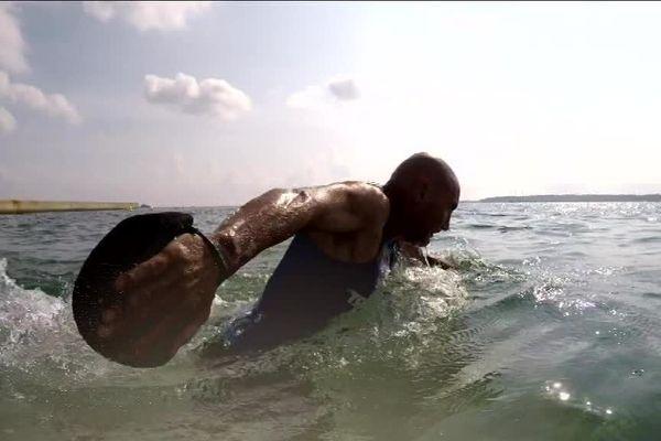 Le longe-côte est un sport très intensif lorsqu'il est pratiqué en compétition, avec de l'eau jusqu'à la taille.