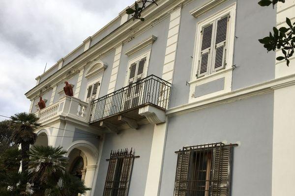 Construit en 1875, aux balcons surmontés de deux aigles rouges, le château de Stopielle dans le Cap Corse.