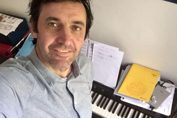 Confiné avec un piano numérique, de quoi continuer de travailler sur de nouvelles compositions de musiques de films.