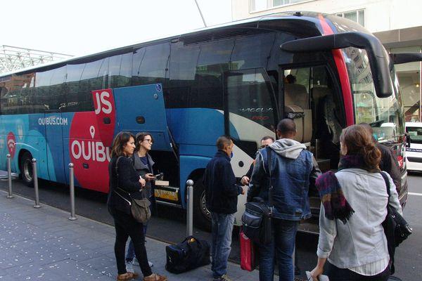 Un car Ouibus au départ de la gare Lille Europe.