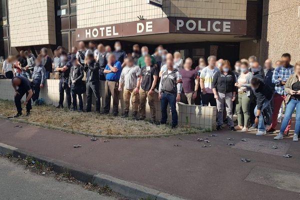 Devant le commissariat de Cergy-Pontoise, des policiers ont symboliquement déposé leurs menottes à terre pour protester contre les annonces du ministre de l'Intérieur.
