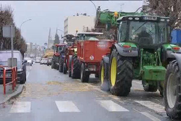 Châteauroux : manifestation des agriculteurs qui réclament une meilleure rémunération de leur travail plutôt qu'une politique d'aides. 9 février 2016