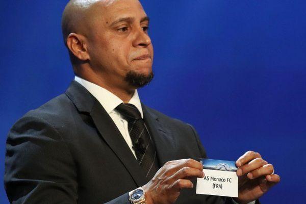 L'ancien footballeur brésilien Roberto Carlos pendant le tirage au sort des phases de poule de la Ligue des Champions.